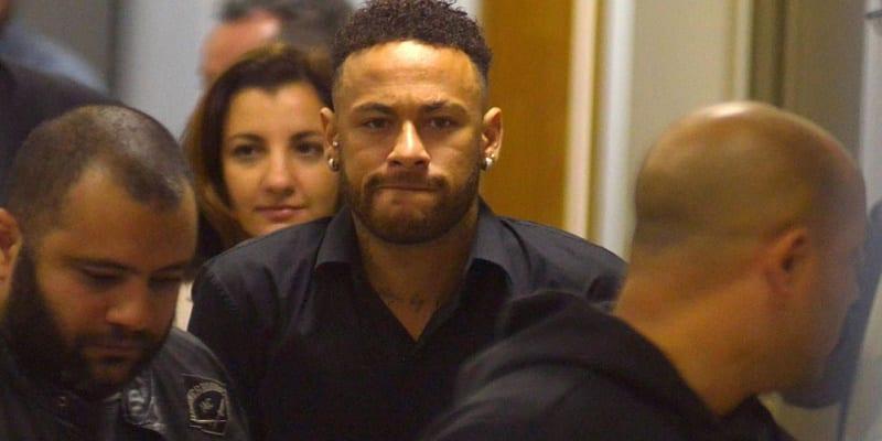 Photo de Neymar: accusé de Viol, il arrive au poste de police en fauteuil roulant (Vidéo)