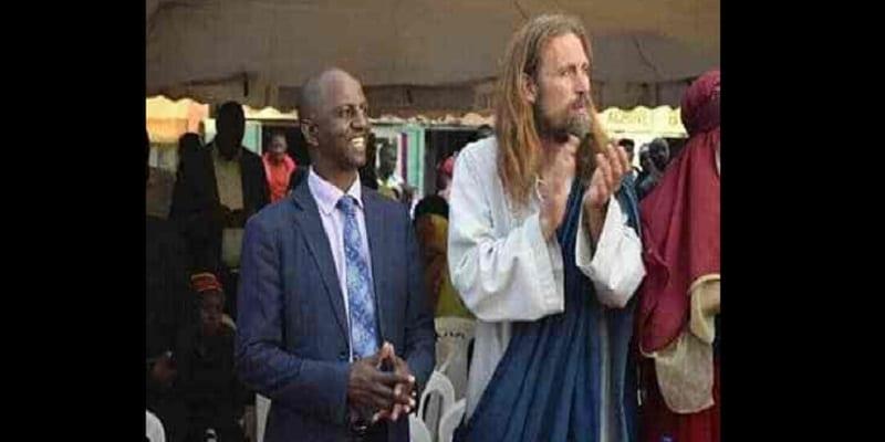 """Photo de Kenya: le gouvernement déporte """"Jésus"""" et arrête les pasteurs qui l'ont invité"""