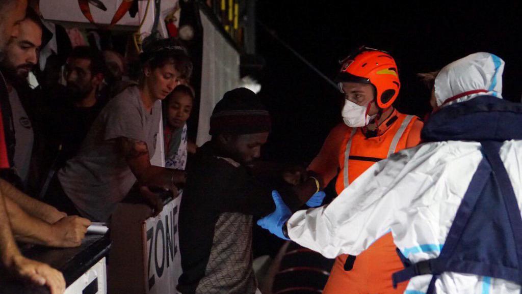 Photo de L'Espagne envoie un navire militaire récupérer les migrants bloqués depuis dix-huit jours
