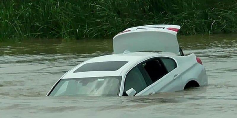 Photo de Un enfant riche jette sa BMW dans la rivière parce qu'il voulait une Jaguar-Vidéo