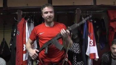 Photo de Russie: un gardien de but reçoit un fusil AK-47 comme trophée de l'homme du match