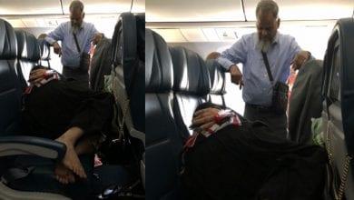 Photo de Il reste debout pendant 6 heures de vol pour que sa femme puisse dormir