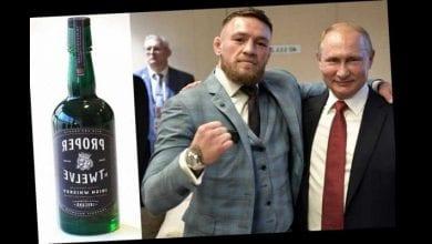 Photo de Conor McGregor offre une bouteille de Whisky à Vladimir Poutine, sa sécurité l'intercepte