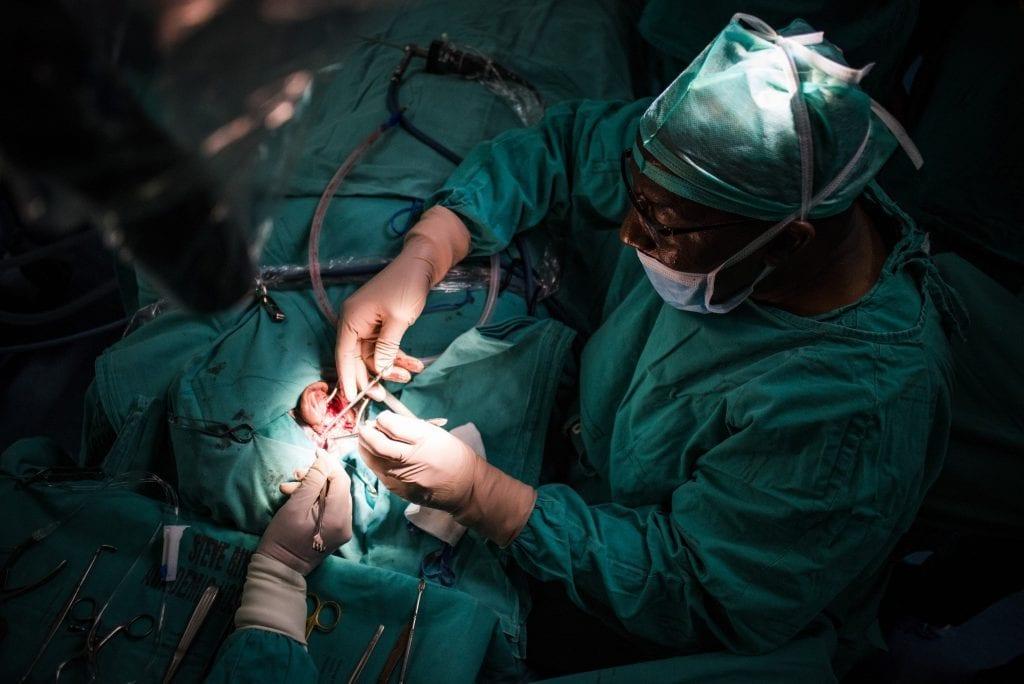 Un chirurgien sud-africain réalise la toute première greffe d'oreille pour guérir la surdité (photos)