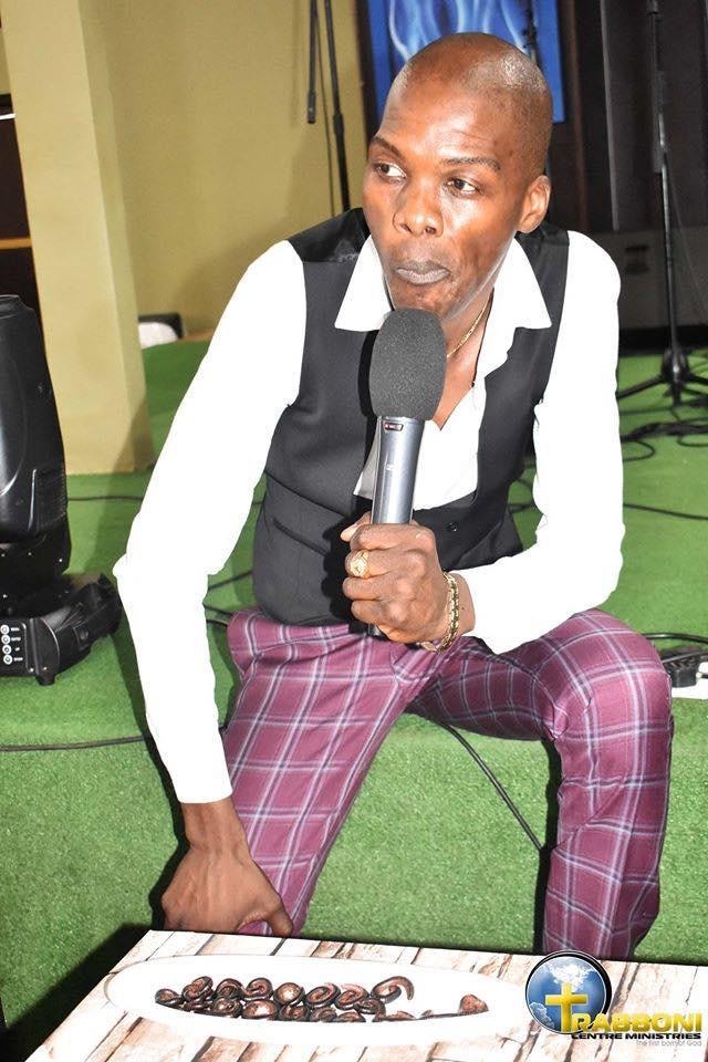 Afrique du Sud: un pasteur nourrit ses fidèles avec des mille-pattes et de la bière-(photos)