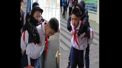 Photo de Chine: un garçon transporte au dos son ami handicapé en classe pendant 6 ans