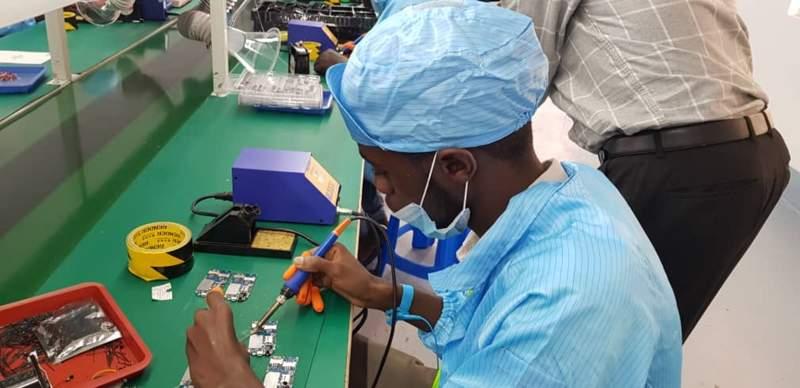 L'Ouganda lance sa première usine de fabrication de téléphones portables (photos)