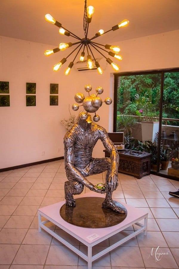 Abinoro Collins: le Nigérian qui réalise d'incroyables sculptures grandeur nature avec des cuillères