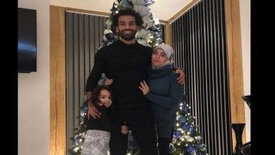 Photo de Mohamed Salah et sa famille posent devant un arbre de Noël, la toile s'indigne