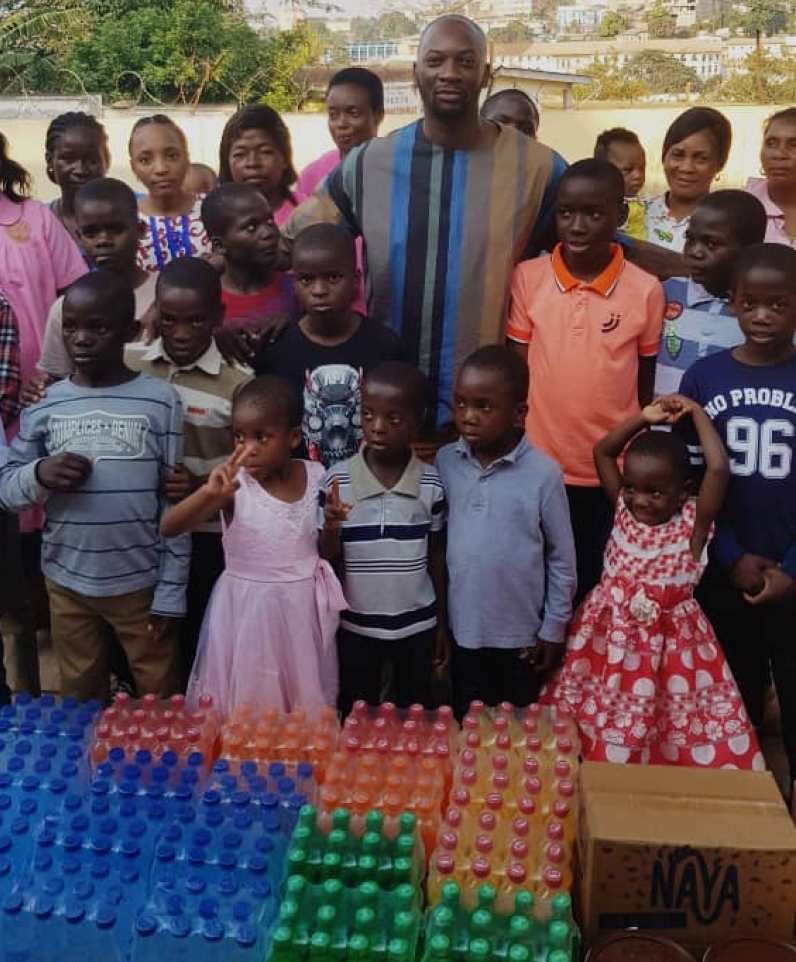 Cameroun: Singuila fait un don aux enfants d'un orphelinat à Yaoundé