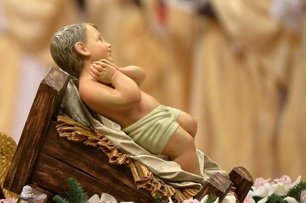 Le Pape dévoile une nouvelle statue de l'enfant Jésus dans une crèche: PHOTOS