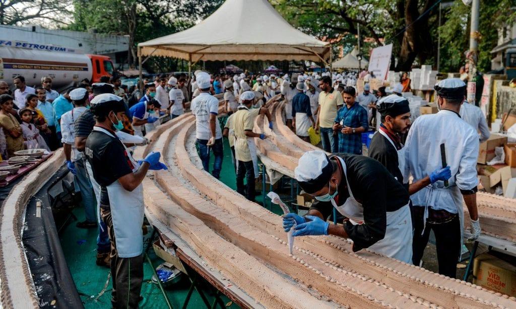 Record : des pâtissiers indiens fabriquent le plus long gâteau du monde (vidéo)