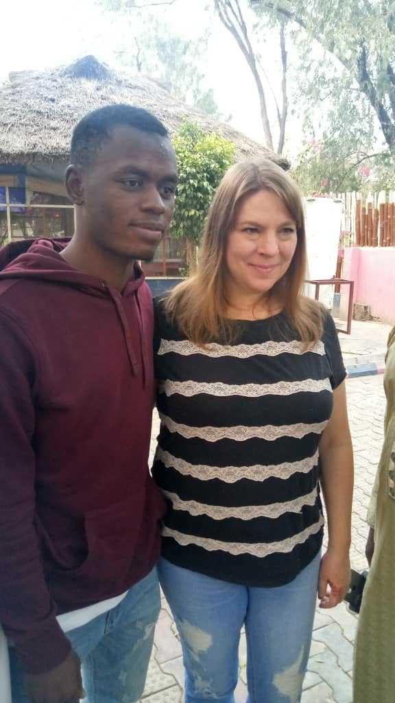 « Les Nigérianes ne savent pas aimer ». Un jeune de 23 ans explique pourquoi il va épouser une Américaine de 46 ans (photos)