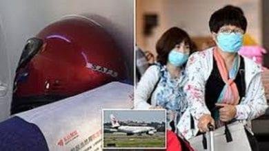 Photo de Coronavirus: pour se protéger contre la maladie, il porte un casque pour moto dans un avion