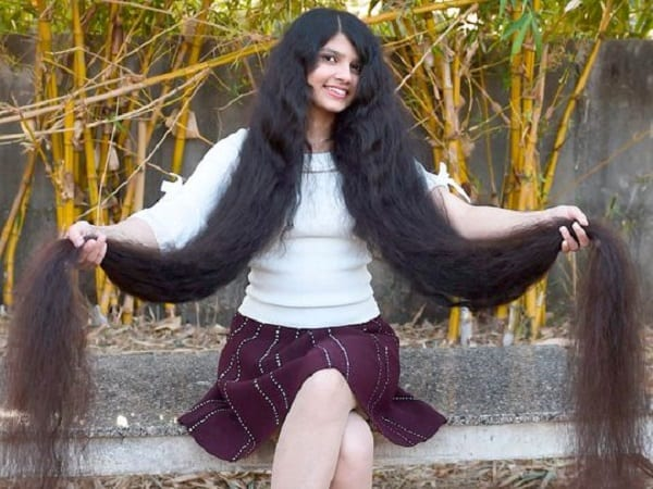 Une fille de 17 ans détient le record Guinness des plus longs cheveux du monde: photos