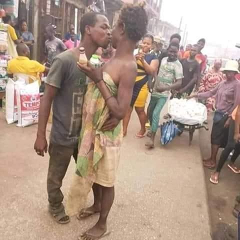 Saint valentin: un couple de malades mentaux a célébré l'amour à sa manière dans les rues-(PHOTOS)