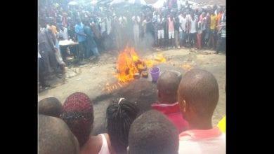 Photo de Nigeria: un voleur de poulet brûlé à mort par une foule
