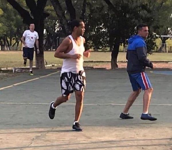 Ronaldinho fait le show en prison (vidéo) — Paraguay