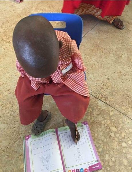 Umar Abdullahi: l'incroyable histoire d'un garçon de 4 ans né sans bras qui écrit avec ses orteils (photos)