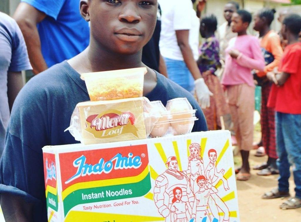 Plus de 5000 Nigérians et 2000 Ghanéens reçoivent des dons de l'actrice Tonto Dikeh  (Photos)