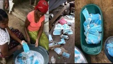 Photo de Mozambique: des femmes surprises en train de laver des masques usagés pour  les revendre