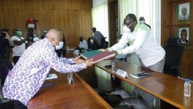 Photo de Côte d'Ivoire : Le PDCI-RDA et le FPI signent un accord carde pour la réconciliation et la paix dans le pays.