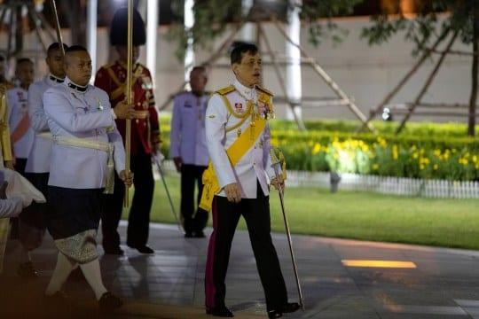 Allemagne: Confiné avec 20 femmes, le roi thaïlandais effectue un aller-retour express dans son pays