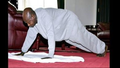 Photo de Ouganda : le président Yoweri Museveni montre comment faire de l'exercice chez soi pendant le confinement (vidéo)