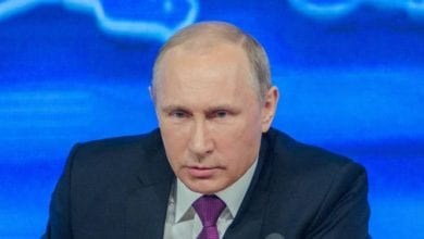 Photo de Poutine rencontre un médecin infecté du covid-19: le Kremlin réagit