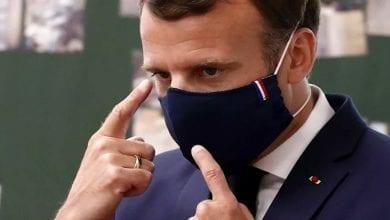 Photo de Le président Macron a eu du mal à respecter les gestes barrières lors d'une visite dans une école
