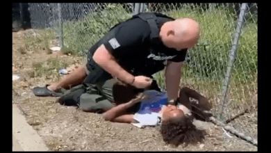 Photo de États-Unis : un ado noir plaqué au sol et frappé par un policier plusieurs fois sur la poitrine-(vidéo)