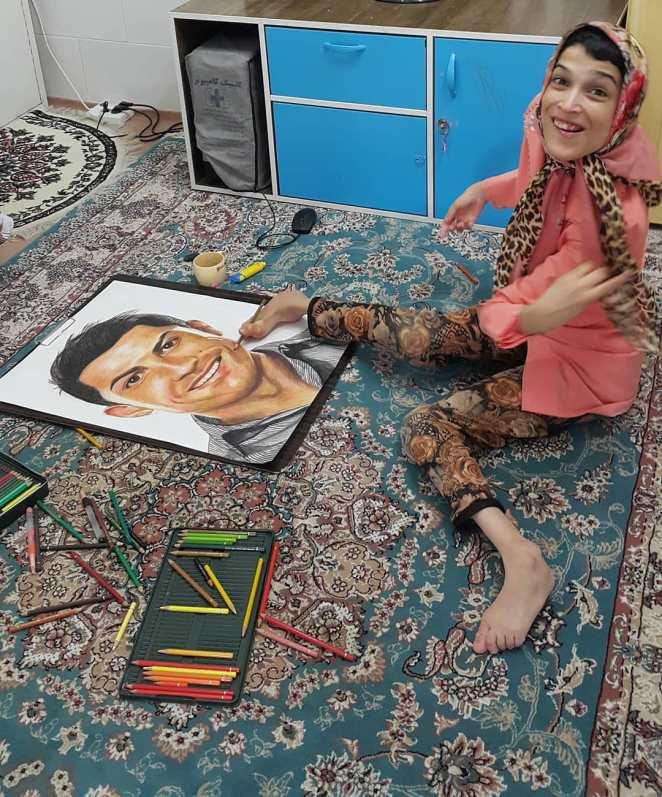 Fateme Hamami : découvrez l'artiste iranienne paralysée qui réalise le portrait des stars avec ses orteils (photos)