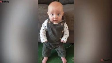 Photo de Angleterre: A seulement 2 mois, un bébé se tient debout sans aide