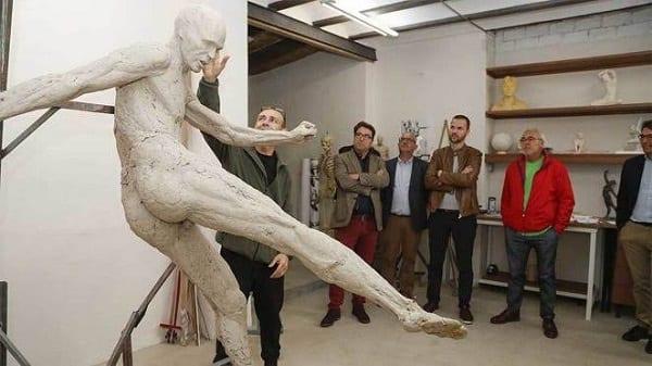 Andres Iniesta: le footballeur surpris par une statue de lui... totalement nu-(photos)