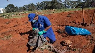 Photo de COVID-19: Des corps exhumés au Brésil pour faire place à davantage de cadavres