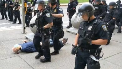 Photo de Hommage à George Floyd: deux policiers violentent un manifestant de 75 ans qui finit en sang sur le trottoir -Vidéo