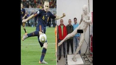 Photo de Andres Iniesta: le footballeur surpris par une statue de lui… totalement nu-(photos)