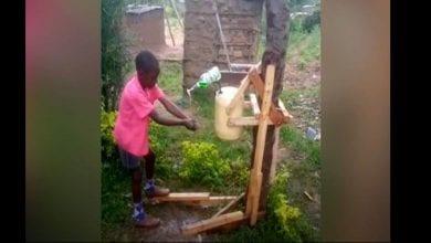 Photo de Coronavirus : un Kényan de 9 ans fabrique une machine en bois pour laver les mains (vidéo)