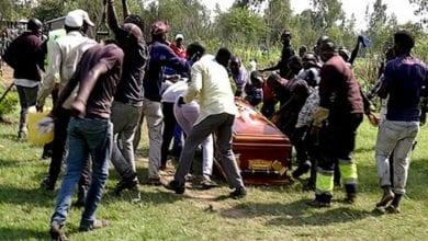 Photo de Kenya-Scènes choquantes: des fans empêchent l'inhumation d'un chanteur et emportent son cercueil-vidéo