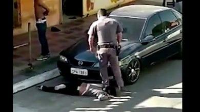 """Photo de """"J'ai perdu connaissance quatre fois"""": un policier brésilien filmé avec le pied sur le cou d'une femme noire-(vidéo)"""