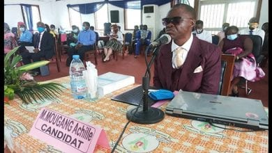 Photo de Cameroun: un non voyant soutient sa thèse de doctorat PhD.