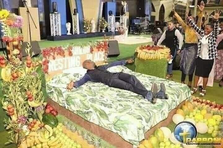 Un pasteur montre à ses fidèles à quoi ressemble le paradis