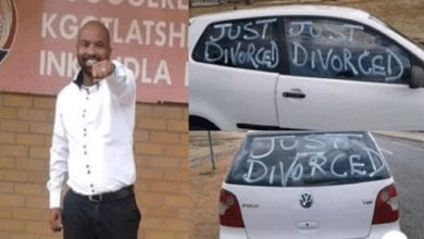 Photo de Un homme se promène en ville pour célébrer son divorce d'avec sa femme-photos