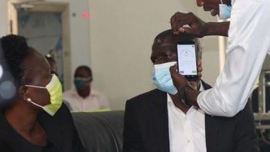 Photo de Coronavirus : l'Ouganda fabrique un smartphone qui vérifie la température du corps (vidéo)