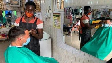 Photo de Ghana : l'ambassadeur d'Australie se fait couper les cheveux dans un salon de coiffure local