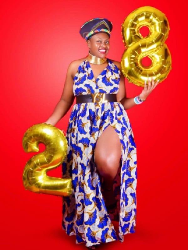 Une jeune femme célèbre 28 ans de vie avec le VIH: Photos
