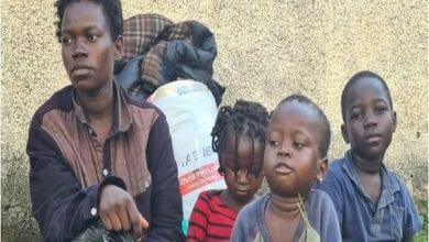 Photo de Abandonnée par son mari et contrainte de vivre dans la rue avec ses 3 enfants, elle crie à l'aide