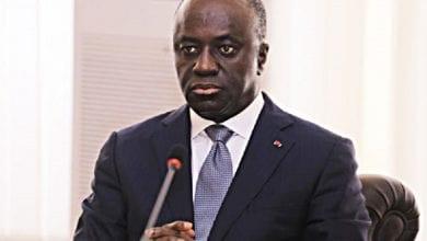 Photo de Côte d'Ivoire/Après son discours du 10 octobre 2020: Amon Tanoh se met à genou devant Ouattara