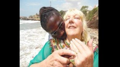Photo de Une Britannique de 68 ans raconte comment son amoureux ghanéen l'a arnaquée