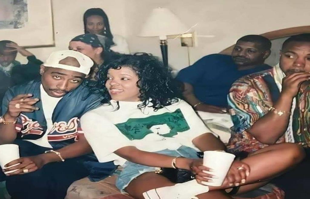 L'histoire triste cachée derrière cette photo de Tupac entouré d'amis proches devenus ennemis